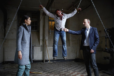 Bild 1 von 18: Die Ortung von Semirs Handy führt Alex (Vinzenz Kiefer) und Jenny auf einen Schrottplatz.