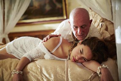 Bild 1 von 23: Semirs Tochter Dana (Gizem Emre) wurde mit Drogen gefügig gemacht und als Sexklavin an den lüsternen Beauchamp (Andreas Wellano) verkauft...