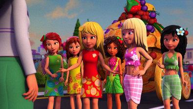 Bild 1 von 6: (V. li.) Gemeinsam machen sich Mia, Olivia, Stephanie, Andrea, Tania und Emma an die Gestaltung ihres Festwagens.