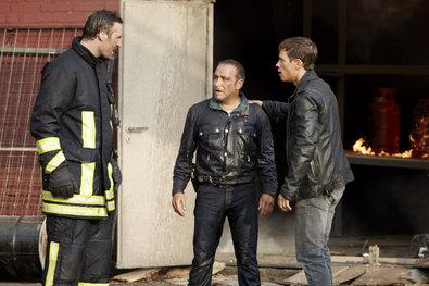 Bild 1 von 18: Semir (Erdogan Atalay, l.) und Alex (Vinzenz Kiefer) finden auf dem Computer und der Kamera des Toten wichtige Hinweise.