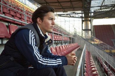 Bild 1 von 20: Mehmet (Tim Oliver Schultz) träumt im leeren Stadion von seiner Fußballer-Karriere.