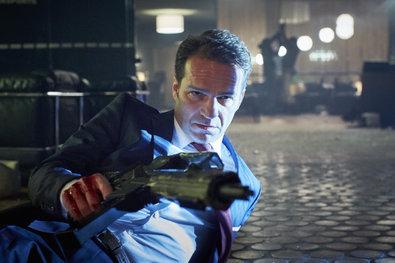 Bild 1 von 17: Während Alex mit Gross kämpft, greift sich Oberstaatsanwalt Sander (Mathias Herrmann) Gross' Waffe...