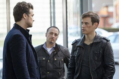 Bild 1 von 15: Mats Vollmer (Wayne Carpendale, l.) behauptet Semir (Erdogan Atalay, M.) und Alex (Vinzenz Kiefer) gegenüber, die Sache mit dem plötzlich aufgetauchten Spike klären zu wollen.