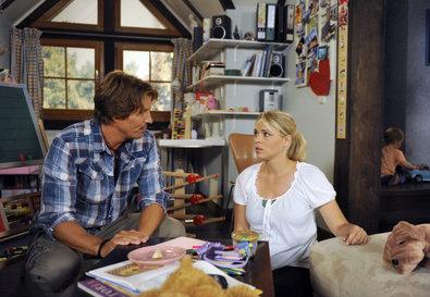 Britta (Jelena Mitschke, r.) ist erleichtert, als Ben (Hakim Michael ...